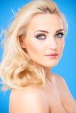Blondes weibliches Modell, das schönes Make-up trägt Stockfoto
