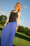 Blondes weibliches Modell im blauen Kleid Stockfoto