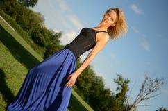 Blondes weibliches Modell im blauen Kleid Stockfotografie