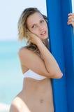 Blondes weibliches Modell mit dünnem und attraktivem Körper im Bikini Stockbilder
