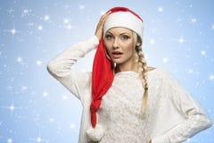 Blondes Weihnachtsmädchen auf Sternhimmel Lizenzfreies Stockfoto