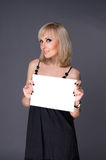 Blondes whith weißes Blatt Papier Stockbilder