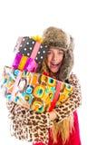 Blondes Winterkindermädchen mit dem Staplungsgeschenklächeln Lizenzfreie Stockbilder