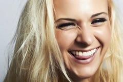 Blondes woman.mouth und weißes teeth.smile mit der Zunge Stockfotografie