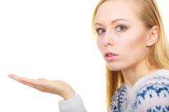 Blondes womn, das Luftkuß auf Palmenhand sendet Lizenzfreie Stockfotografie