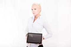Blondesecretaresse die een tabletpc houden Stock Afbeelding