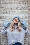 Blondevrouw in blauwe gebreide hoed Royalty-vrije Stock Foto
