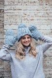 Blondevrouw in blauwe gebreide hoed Royalty-vrije Stock Afbeelding