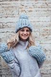 Blondevrouw in blauwe gebreide hoed Royalty-vrije Stock Afbeeldingen