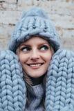 Blondevrouw in blauwe gebreide hoed Royalty-vrije Stock Foto's