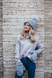 Blondevrouw in blauwe gebreide hoed Royalty-vrije Stock Fotografie