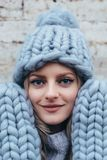 Blondevrouw in blauwe gebreide hoed Stock Foto