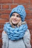 Blondevrouw in blauwe gebreide hoed Stock Fotografie