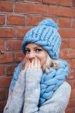 Blondevrouw in blauwe gebreide hoed Stock Afbeelding