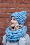 Blondevrouw in blauwe gebreide hoed Stock Foto's