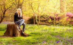 Blondevrouw in de aard Stock Fotografie