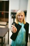 Blondevrouw in de keuken Royalty-vrije Stock Foto's