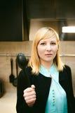 Blondevrouw in de keuken Stock Foto's