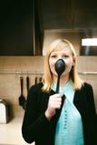 Blondevrouw in de keuken Royalty-vrije Stock Afbeelding