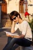 Blondevrouw die een boek buiten lezen Royalty-vrije Stock Afbeelding