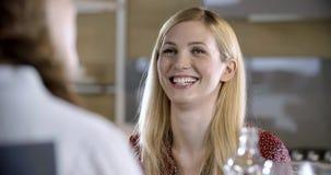 Blondevrouw die en het lachen detail spreken Vier gelukkige echte spontane vrienden genieten samen thuis van hebbend lunch of din stock video