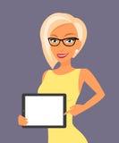 Blondevrouw die iets tonen getoond op tablet Stock Afbeeldingen
