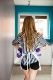 Blondevrouw die klaar voor keuken het schoonmaken worden royalty-vrije stock foto's