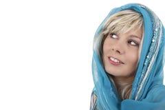 Blondevrouw die met sluier zijdelings kijken Stock Foto