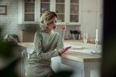 Blondevrouw die in scheuren na het lezen van bericht over verbreken barsten stock foto's