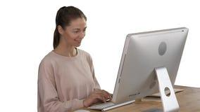 Blondevrouw gebruikend computer en hebbend een idee die op witte achtergrond glimlachen stock videobeelden