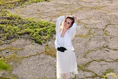 Blondevrouw in het oude zonnige park van de de zomerstad Jong vrouwen modern portret royalty-vrije stock fotografie