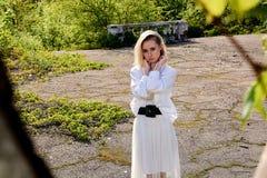 Blondevrouw in het oude zonnige park van de de zomerstad Jong vrouwen modern portret royalty-vrije stock afbeeldingen