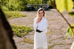 Blondevrouw in het oude zonnige park van de de zomerstad Jong vrouwen modern portret stock foto