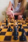 Blondevrouw het spelen schaak dicht omhoog royalty-vrije stock afbeelding