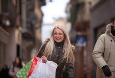 Blondevrouw het winkelen het reizen in Europa Royalty-vrije Stock Foto's