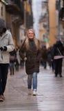 Blondevrouw het winkelen het reizen in Europa Stock Afbeeldingen