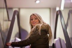 Blondevrouw het winkelen het reizen in Europa Royalty-vrije Stock Foto
