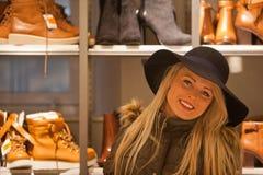 Blondevrouw het winkelen het reizen in Europa Stock Foto