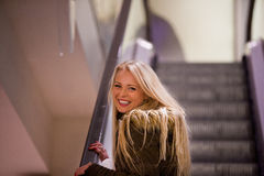 Blondevrouw het winkelen het reizen in Europa Stock Afbeelding