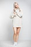 Blondevrouw in kasjmiersweater Royalty-vrije Stock Foto's