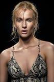 Blondevrouw in kleding met de textuur van de slanghuid stock afbeeldingen