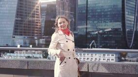 Blondevrouw in in kleren die bij camera stellen stock video