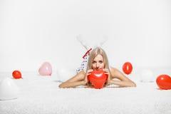 Blondevrouw met ballons Stock Afbeeldingen