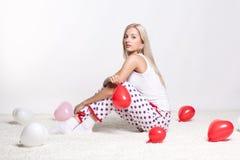 Blondevrouw met ballons Stock Foto's