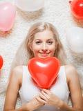 Blondevrouw met ballons Stock Afbeelding