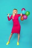Blondevrouw met ballons op blauw royalty-vrije stock foto's