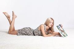 Blondevrouw met kalender Stock Foto
