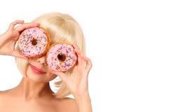 Blondevrouw met kleurrijke geïsoleerde donuts Stock Foto's
