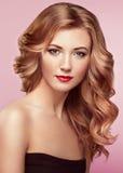 Blondevrouw met lang glanzend golvend haar royalty-vrije stock foto's