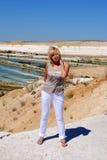 Blondevrouw op Aardachtergrond Stock Foto's